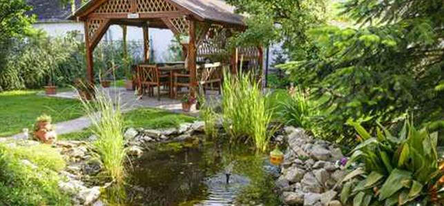 Garten mit Pavilion und Teich.